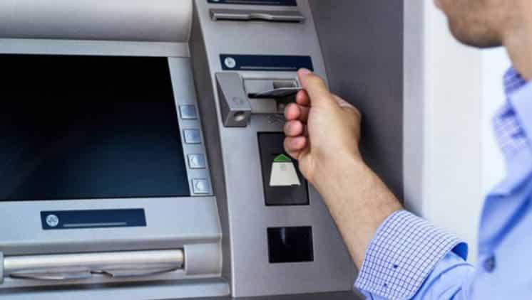 Garantizan que no faltarán billetes en el fin de semana largo, pero hubo tensión entre el BCRA y los bancos