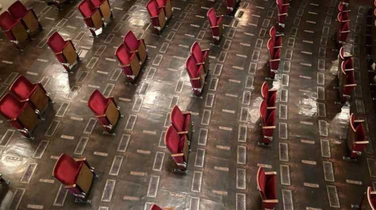 La imagen del teatro Berliner Ensemble, en Alemania, se viraliza como muestra de un nuevo paradigma
