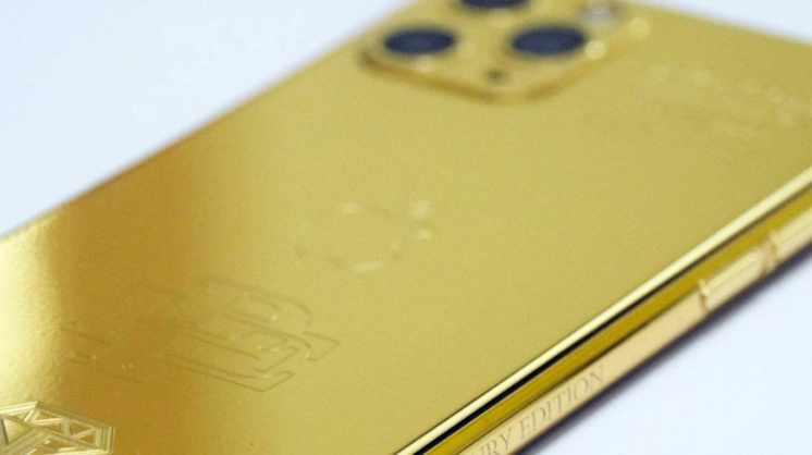 El hermano de Pablo Escobar vende iPhones bañados en oro al 50% del precio original