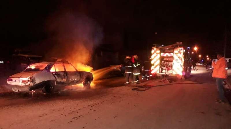 El fuego provocó pérdidas totales de un auto