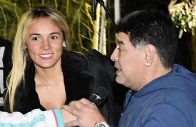 """Vanessa Maradona y una escandalosa versión sobre una foto de Diego: """"Tiene el brazo hinchado porque Rocío Oliva lo había tirado por la escalera"""