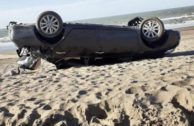 Perdió el control del auto y terminó volcando en la playa de Monte Hermoso