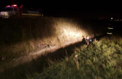 Un motociclista terminó en una zanja y la camioneta que lo chocó huyó