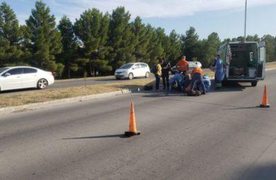 Se les reventó una rueda de la moto y terminaron en el piso