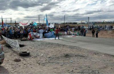 """Vaca Muerta: siguen los cortes en las """"rutas del petróleo"""" y se profundiza el desabastecimiento en Neuquén"""
