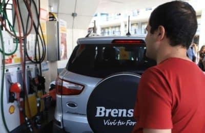 Para contener la inflación, postergan un aumento de impuesto a los combustibles