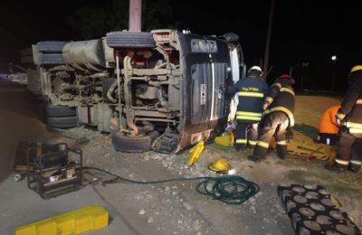 Se quedó sin frenos y volcó su camión en Espora