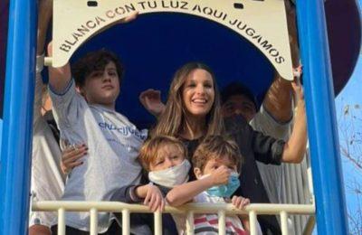 """La emoción de Pampita al inaugurar una plaza en homenaje a su hija Blanquita: """"Con tu luz, aquí jugamos"""""""