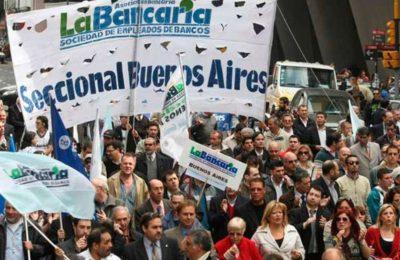Bancarios lograron un aumento de 45% en la primera paritaria reabierta y crece la presión sobre el resto de las negociaciones