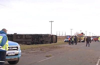 Volcó un micro de pasajeros en la Ruta 2: hay al menos dos muertos y 42 heridos