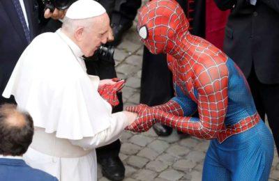 """El motivo del peculiar encuentro entre el Papa Francisco y el """"Hombre Araña"""" en el Vaticano: saludos, regalos y sonrisas"""