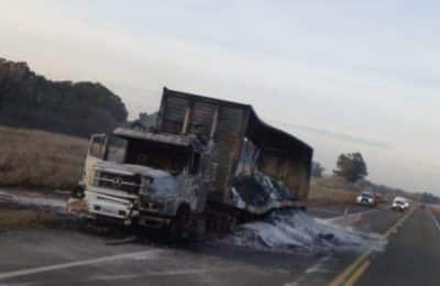 Las llamas consumieron un camión en ruta 51
