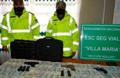 Un gendarme paró un auto para un control de rutina y cuando abrió el baúl descubrió un millón de dólares, armas y cuchillos