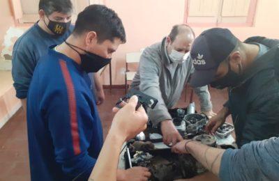 En la cárcel capacitan de manera virtual a los detenidos para la reparación de motos