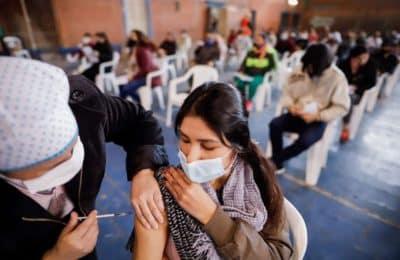 Cómo será la distribución de las vacunas de Moderna: las aplicarán en 900 mil adolescentes de entre 12 y 17 años con comorbilidades