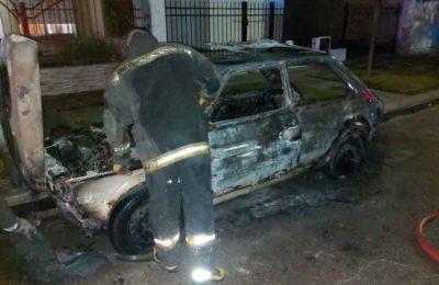 Un auto se incendió en Enrique Julio al 900