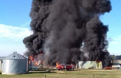 Voraz incendio en el Parque Industrial de Cnel. Suárez