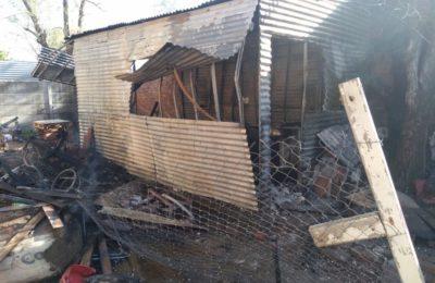El fuego destruyó una precaria vivienda