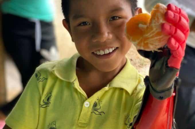 Un bahiense cumplió el sueño de un niño que vive en la selva colombiana