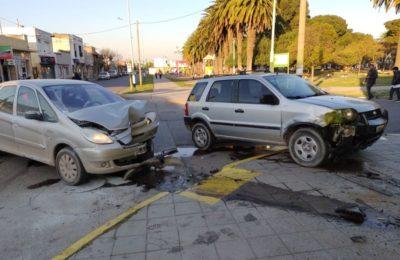 Dos autos chocaron y una menor fue hospitalizada