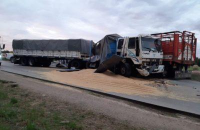 Choque de camiones en el camino circunvalación