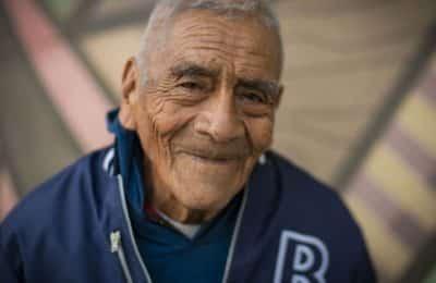 Un abuelo se recibió de ingeniero a los 84 años y sus fotos recorrieron el mundo