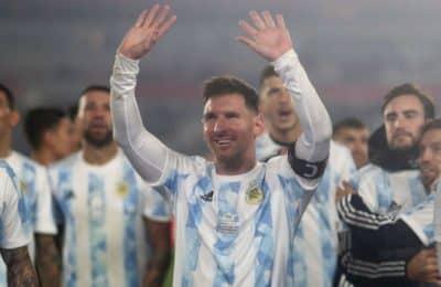 Lionel Messi se despidió de la Argentina tras su noche soñada: una foto íntima en el avión, el emotivo posteo y los corazones de Antonela Roccuzzo