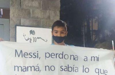 """""""Messi, perdoná a mi mamá"""": la curiosa bandera con la que un nene fue al predio de Ezeiza"""