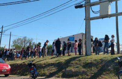Largas filas para sacar el documento en Villa Amaducci
