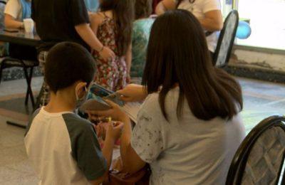 Miles de niños recibieron su primera vacuna contra el coronavirus acompañados por sus padres